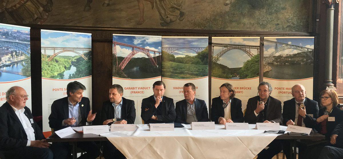 Les élus français, italiens, portugais, et allemands unis autour du maire de Soligen pour porter le projet de classement des six ponts européens à grande arche de la fin du XIXème siècle au patrimoine mondial de l'Unesco.